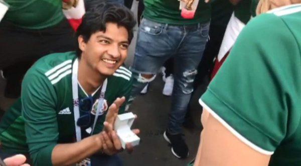 Màn cầu hôn của CĐV Mexico ngay sau chiến thắng của đội nhà