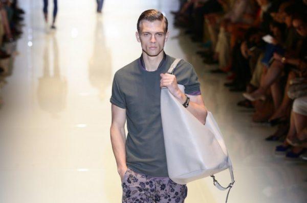 Phụ nữ không thích đàn ông đeo túi