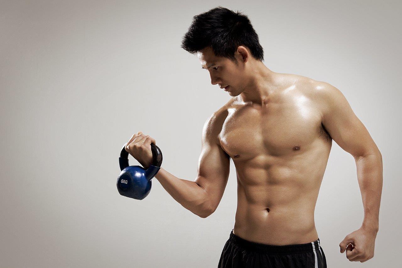Tập tạ là xu hướng rèn luyện sức khỏe quen thuộc của nam giới