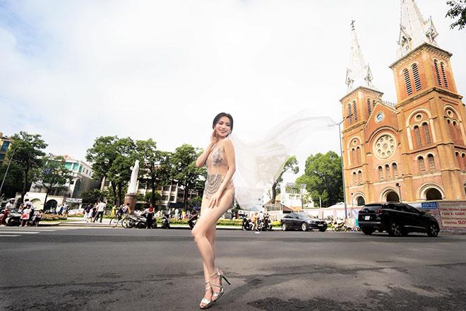 Sĩ Thanh diện váy mỏng tang trước nhà thờ Đức Bà