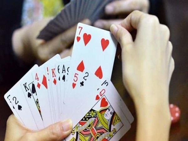 nằm mơ thấy đánh bài đánh con gì?